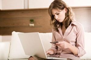 Женщина, пользующаяся кредитной картой
